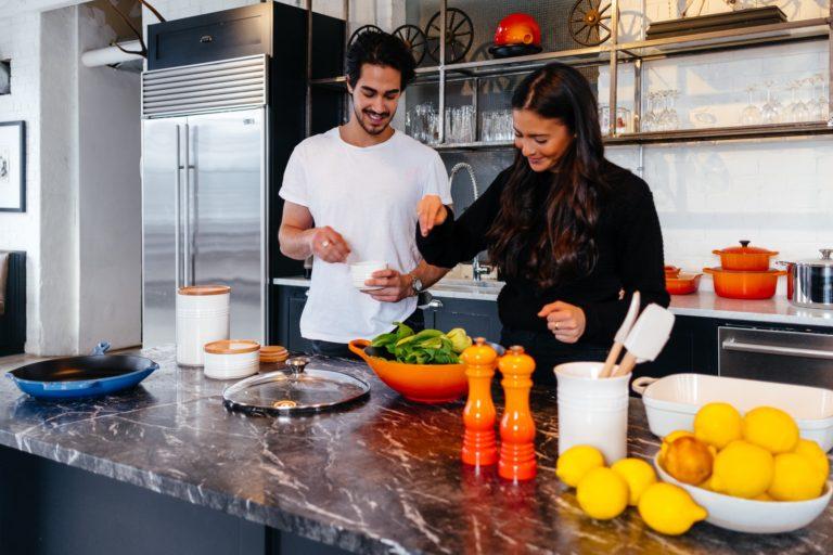Tânără gătește alături de iubitul său