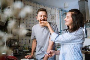 Tânără îi oferă iubitului o tartină cu gem