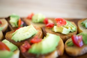 Bruschetele cu avocado sunt o gustare excelentă pentru vară