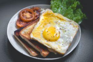 Mic dejun cu ou ochi și pâine toast