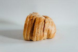Pâine albă este o sursă de carbohidrați ce trebuie evitată