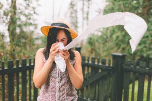Tânără strănută din cauza unei reacții alergice provocată de alimentație