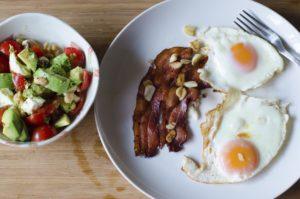 Mic dejun cu ouă ochi și bacon