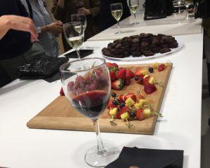 Pahar vin roșu, alături de negrese si fructe proaspete