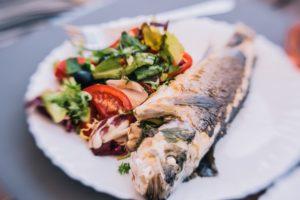 Preparat din pește cu garnitură de salată