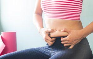 Tânără ce urmează un regim alimentar pentru pierderea în greutate