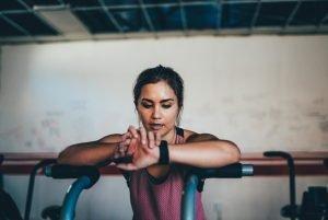 Femeie tânără se antrenează intens în sala de forță