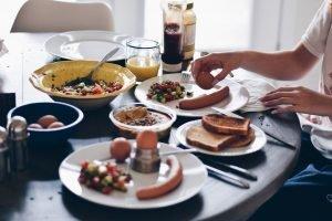 Mic dejun format din ouă, pâine toast și salată