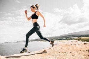 Tânără aleargă pe un teren accidentat