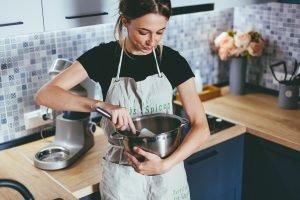 Tânără gătește în bucătărie