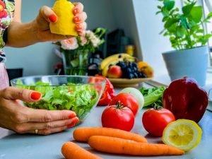 Tânără își prepară o salată sănătoasă