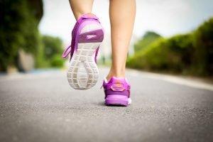 Tânără practică jogging