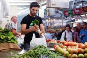 Bărbat alege produse sănătoase dintr-un supermarket