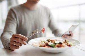 Bărbat mănâncă o salată sănătoasă