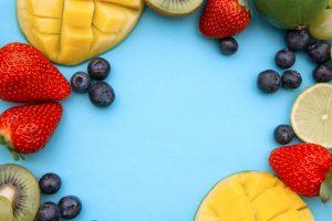 Diverse fructe printre care kiwi, căpșuni, mango sau afine