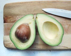Două jumătăți de avocado