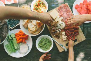 Familie tânără servește una dintre mese