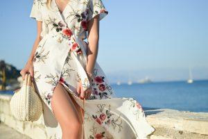 Tânără poartă o rochie la o plimbare pe faleză