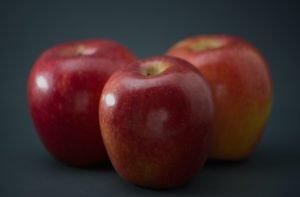 Trei mere roșii