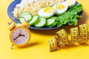 Un ceas, un metru și un platou cu gustări sănătoase