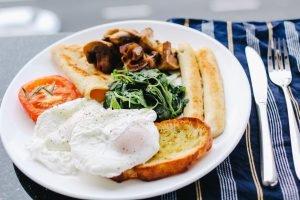 Mic dejun cu ouă poșate